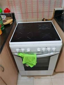 White Ceramic Cooker Electric Oven 4 Burners 60 Cm By 60 Cm Indesit Italy Brand